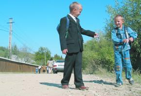 65 de elevi bacauani traiesc in grija vecinilor