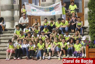 Foto: Elevii bacauani au sarbatorit in strada Ziua Mondiala a Mediului