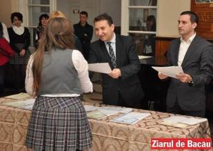 """Bacău: Se acordă bursele școlare din programul """"Cine are carte are parte"""""""
