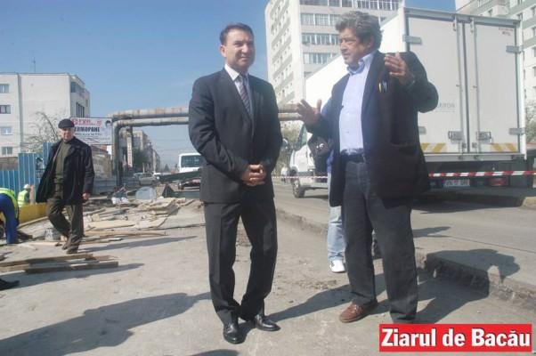 Primarul Romeo Stavarache si constructorul Mihai Haivas, aprilie 2014