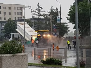 FOTO. Bătaie de joc, pe banii băcăuanilor! Strada Milcov, asfaltată pe ploaie