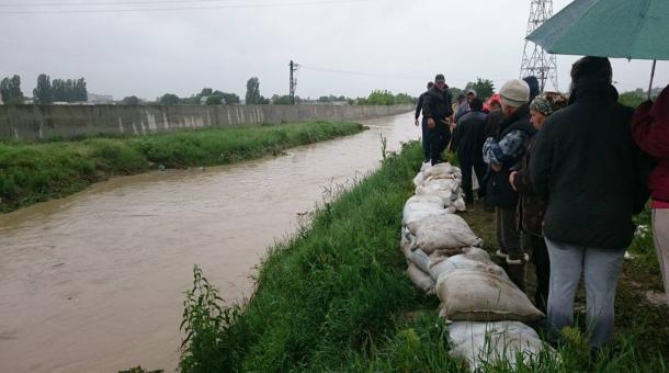Oamenii și autoritățile ridică un dig pe Negel