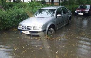 Potop peste Bacău. Cum au intervenit pompierii