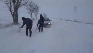 Mai multe drumuri din județul Bacău rămân închise