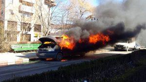 FOTO! Microbuz în flăcări, în Comănești. Șoferul își făcea cumpărăturile când mașina a luat foc