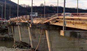 Situație de urgență la Onești, unde podul peste Trotuș începe să se surpe. Traficul a fost restricționat
