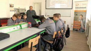O firmă din Comănești cheltuiește 280.000 de euro, ca să țină 28 de elevi la școala profesională