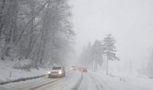 Iarna își face de cap! Un sector de drum național închis și alte 10 drumuri județene pe care se circulă greu