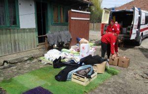 Ajutoare de la Crucea Roșie Bacău pentru mai multe familii din Brusturoasa care au rămas fără gospodării după un incendiu
