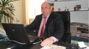 """Pentru că este """"vătămat de calculator"""", șeful CJAS Bacău ia spor de 2200 de lei lunar"""