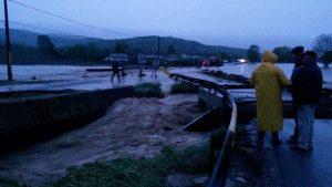 FOTO! COD ROȘU de inundații în județul Bacău! DN2F Bacău – Vaslui, în localitatea Străminoasa este în continuare închis