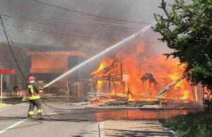 FOTO! Incendiu de proporții în Comănești. Patru echipaje de pompieri din Onești și Moinești au intervenit
