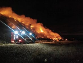 FOTO: Incendiul de la groapa de gunoi din Bacău nu a fost lichidat. Pompierii luptă cu flăcările de 15 ore – UPDATE