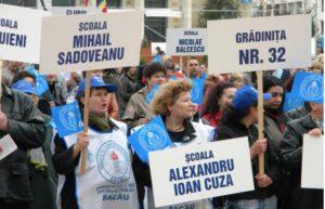 UPDATE! Profesorii băcăuani au renunțat la proteste pentru promisiuni. Pichetarea Prefecturii s-a transformat într-o întâlnire cu prefectul