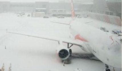 Zborul de la Londra către Bacău, anulat din cauza condiţiilor meteo. Anunțul Blue Air – UPDATE
