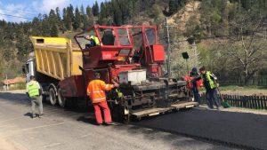 FOTO: Se asfaltează DN 12 A, între Comănești și Ghimeș, județul Bacău
