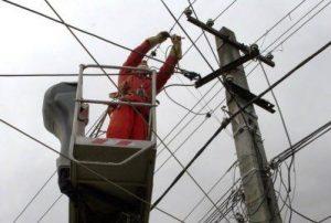 Cinci localități fără energie electrică din cauza vântului