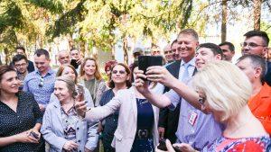 FOTO – Președintele Klaus Iohannis şi-a făcut selfie-uri cu simpatizanţii din Bacău