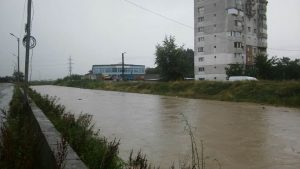 COD ROȘU de inundații în bazinul Trotuș. Pe strada Tazlăului apa stă să rupă digurile UPDATE
