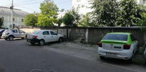"""Lipsa locurilor de parcare scoate inventivitatea din băcăuani. Tot mai mulți își """"marchează"""" ilegal teritoriul"""
