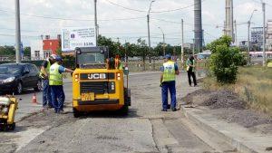 FOTO: Strada Chimiei, peticită pe bucăți. Societatea de Servicii Publice a Primăriei a rămas fără asfalt