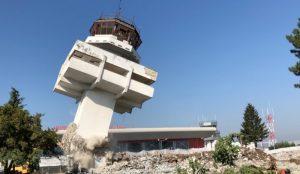 VIDEO – FOTO: A fost demolat vechiul turn de control al Aeroportului Bacău. Urmează construirea noii străzi de acces, a pistei de aterizare și finalizarea parcării