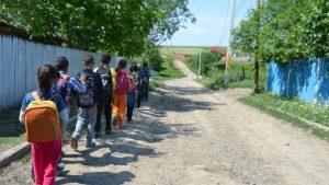 Cea mai nouă școală din Glăvănești va rămâne nefolosită în acest an, din cauza unui aviz. Zeci de elevi nevoiți să facă naveta către o școală cu baie în curte